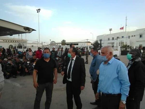 شاهد.. تونسيون عالقون بليبيا يقتحمون معبراً حدودياً بالقوة