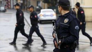 شاهد.. عناصر من الشرطة التركية يضربون راعي غنم سورياً