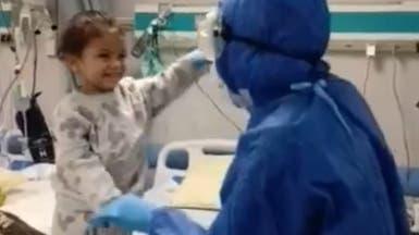 شاهد.. ممرضة مصرية ترقص وتغني مع طفلة مصابة بكورونا