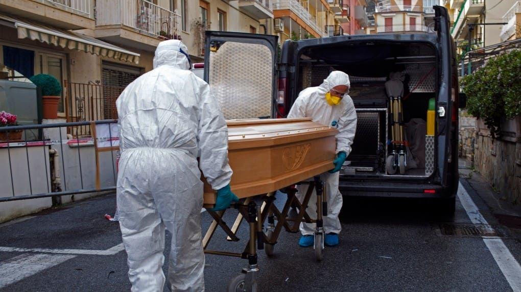 صورة لعملية نقل جثة أحد المتوفين بكورونا
