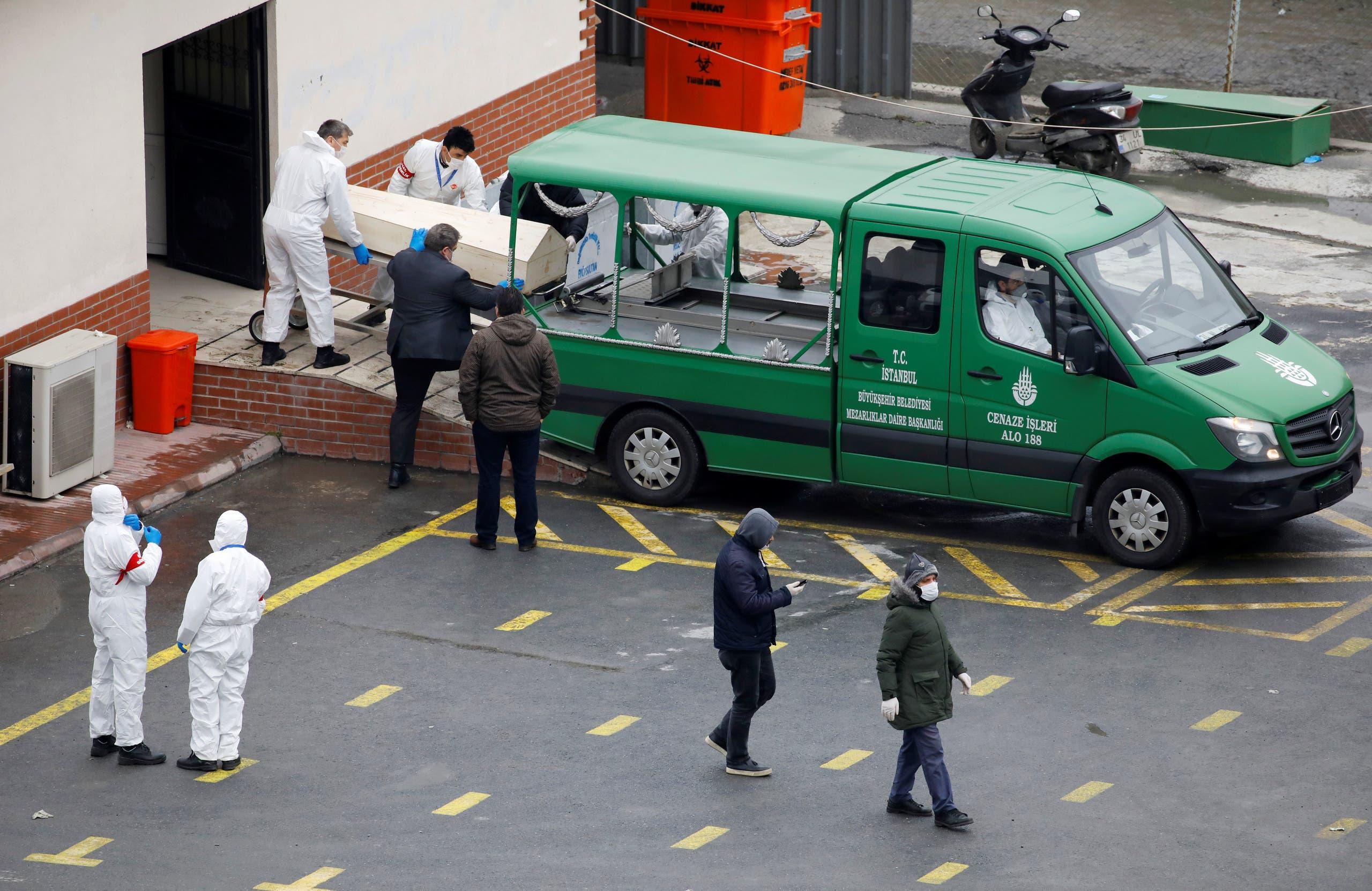 جثمان أحد ضحايا كورونا أثناء نقله في إسطنبول يوم 31 مارس
