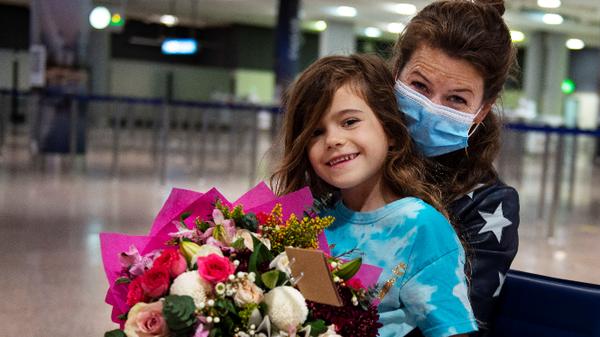 بعد أن فرقهما الفيروس.. الإمارات تعيد طفلة لحضن والدتها