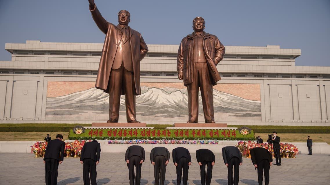 مواطنون من كوريا الشمالية ينحنون أمام تمثال للمؤسس وحفيده كيم يونغ أون(أرشيفية- فرانس برس)