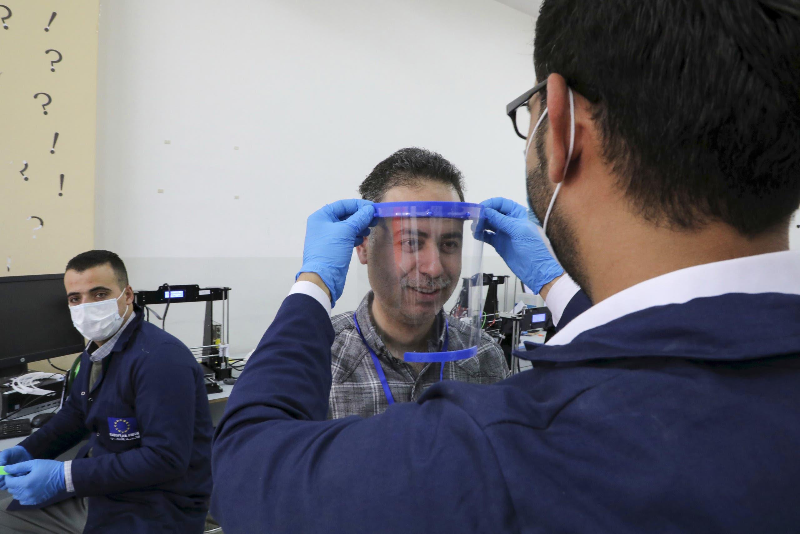 مهندسون في جامعة بالخليل في الضفة يصنعون الأقنعة الواقية للطواقم الطبية عبر طابعة ثلاثية الأبعاد