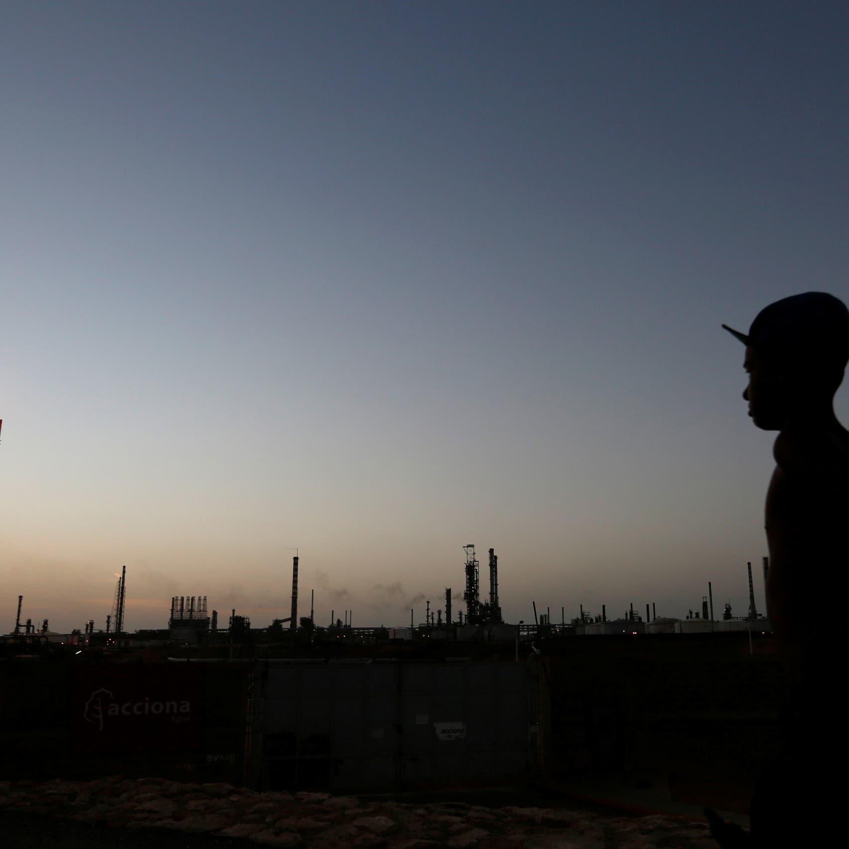 النفط يهبط بأكثر من 5% مع ارتفاع إنتاج النفط الليبي