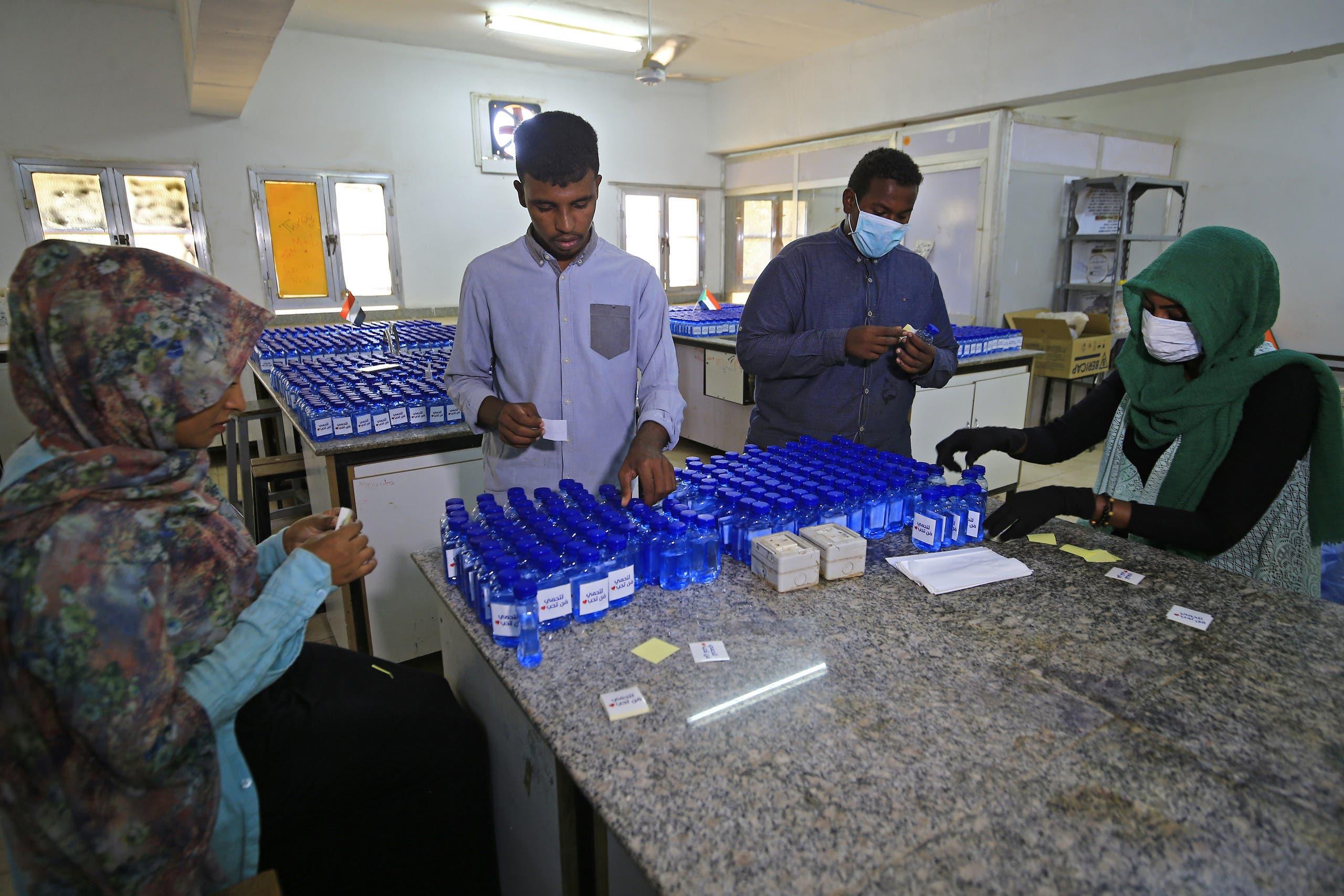 طلاب جامعيون في الخرطوم يحضّرون المعقمات في المختبر