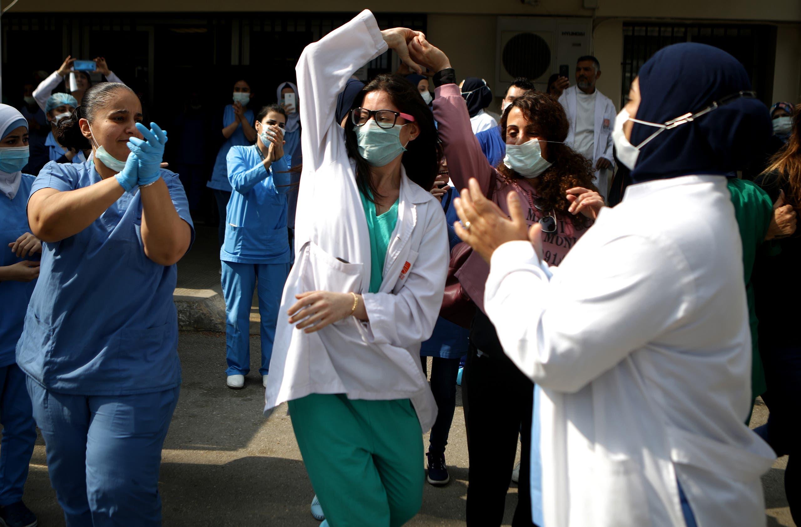 ممرضات في مستشفى بطرابلس في لبنان يرقصن خلال حفل أقيم في باحة المنشأة لشكر العمال الصحيين