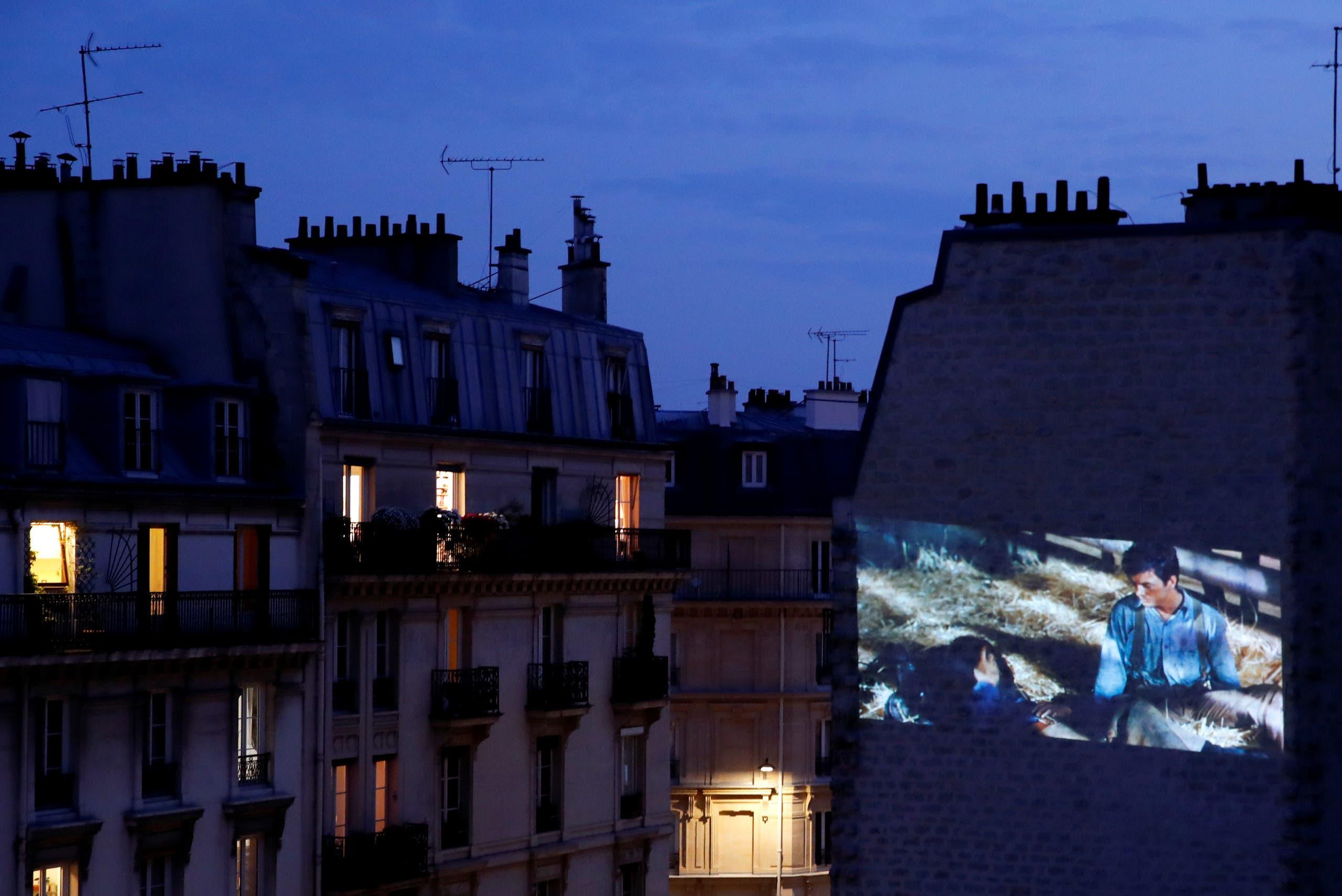 الفيلم يعرض على الجدار