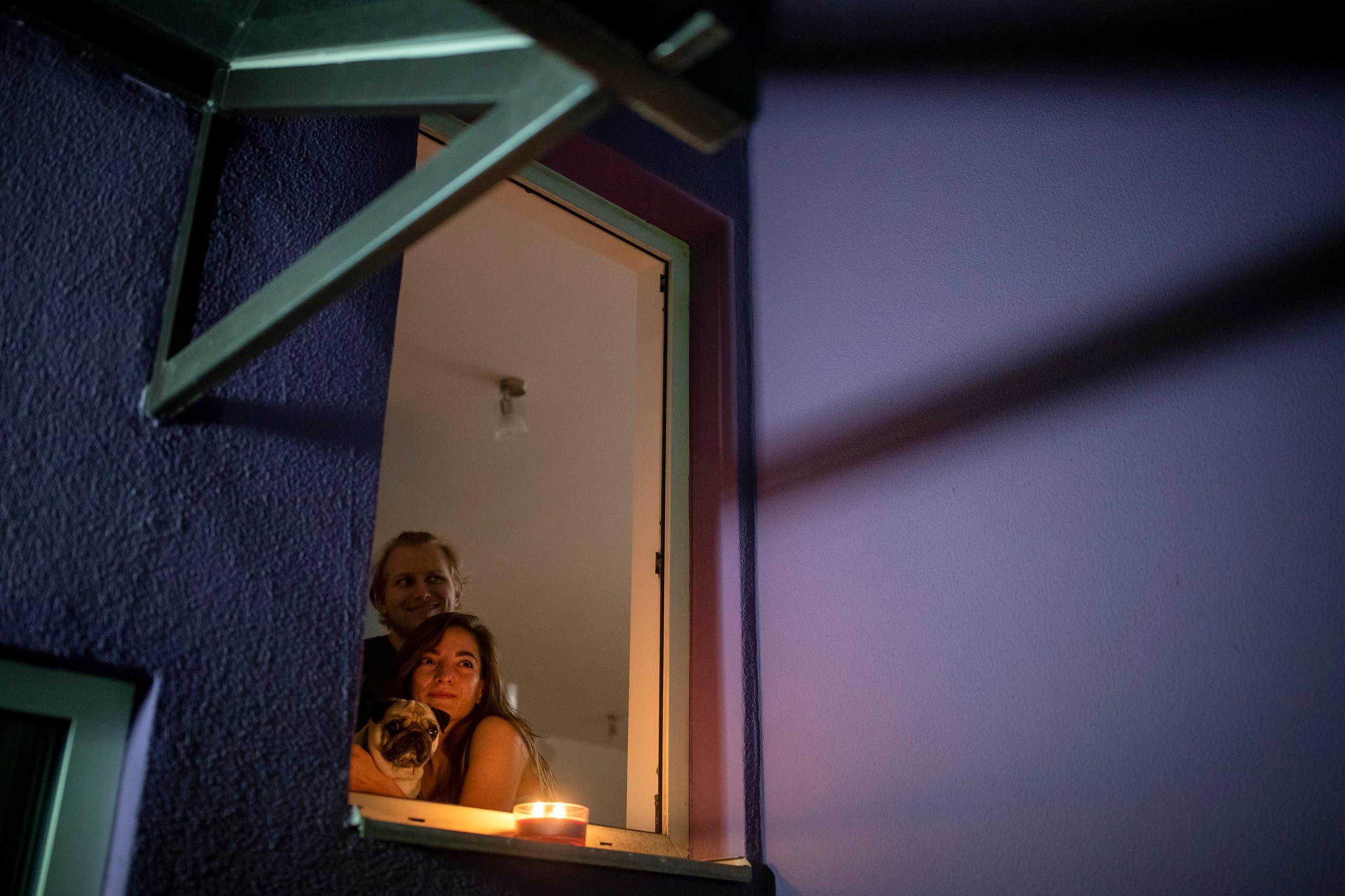 شخصان يشاهدان الفيلم من النافذة