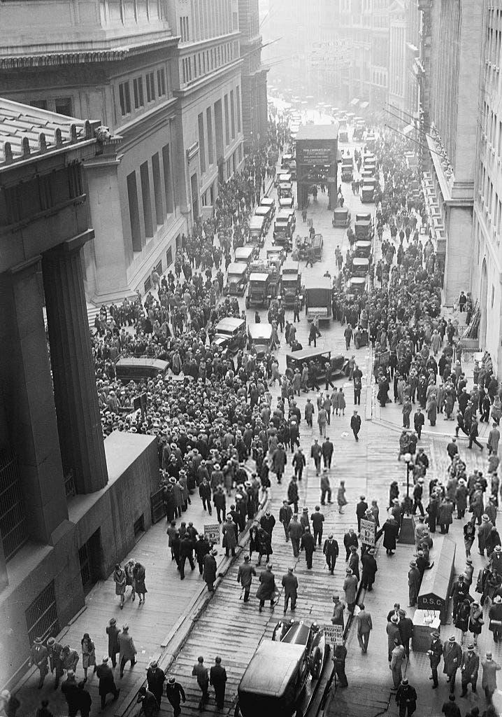 صورة لتجمهر الأميركيين أمام وول ستريت عقب انهيار البورصة عام 1929