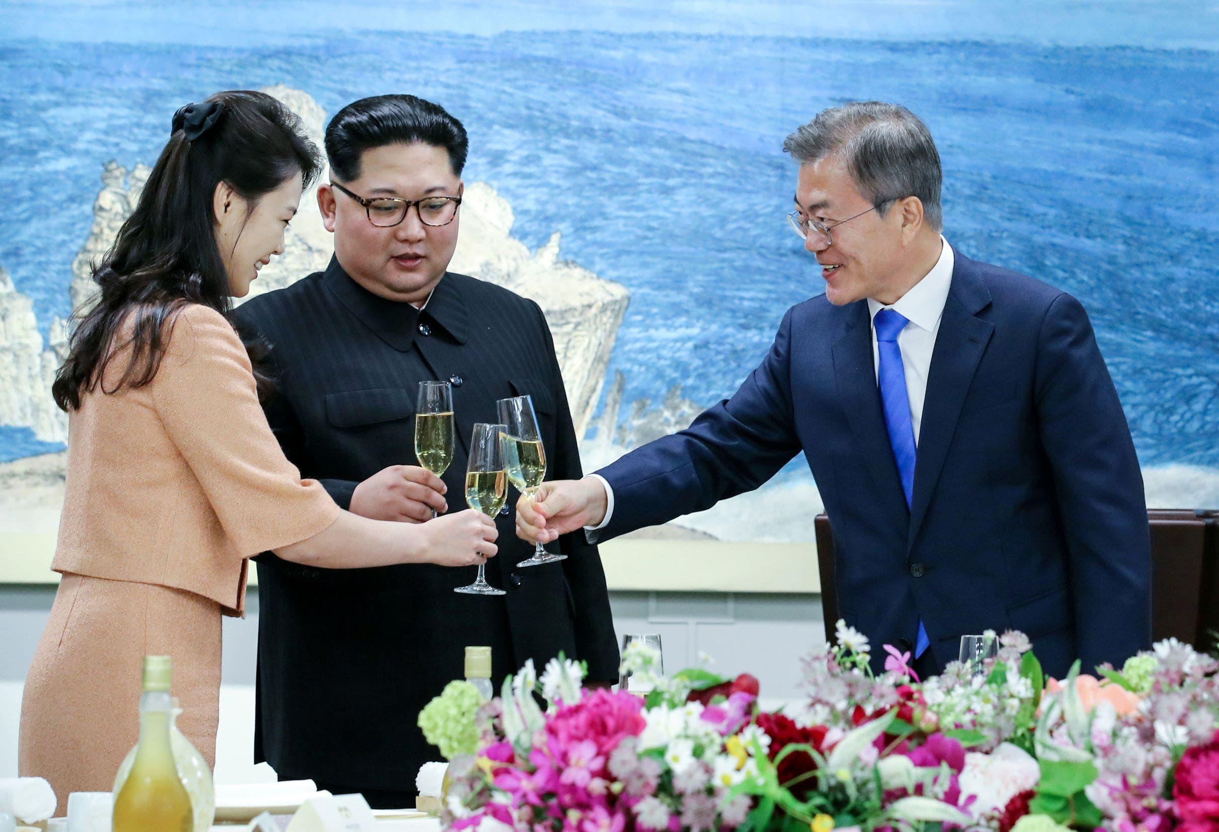 كيم وزوجته ورئيس كوريا الجنوبية (أرشيفية-رويترز)
