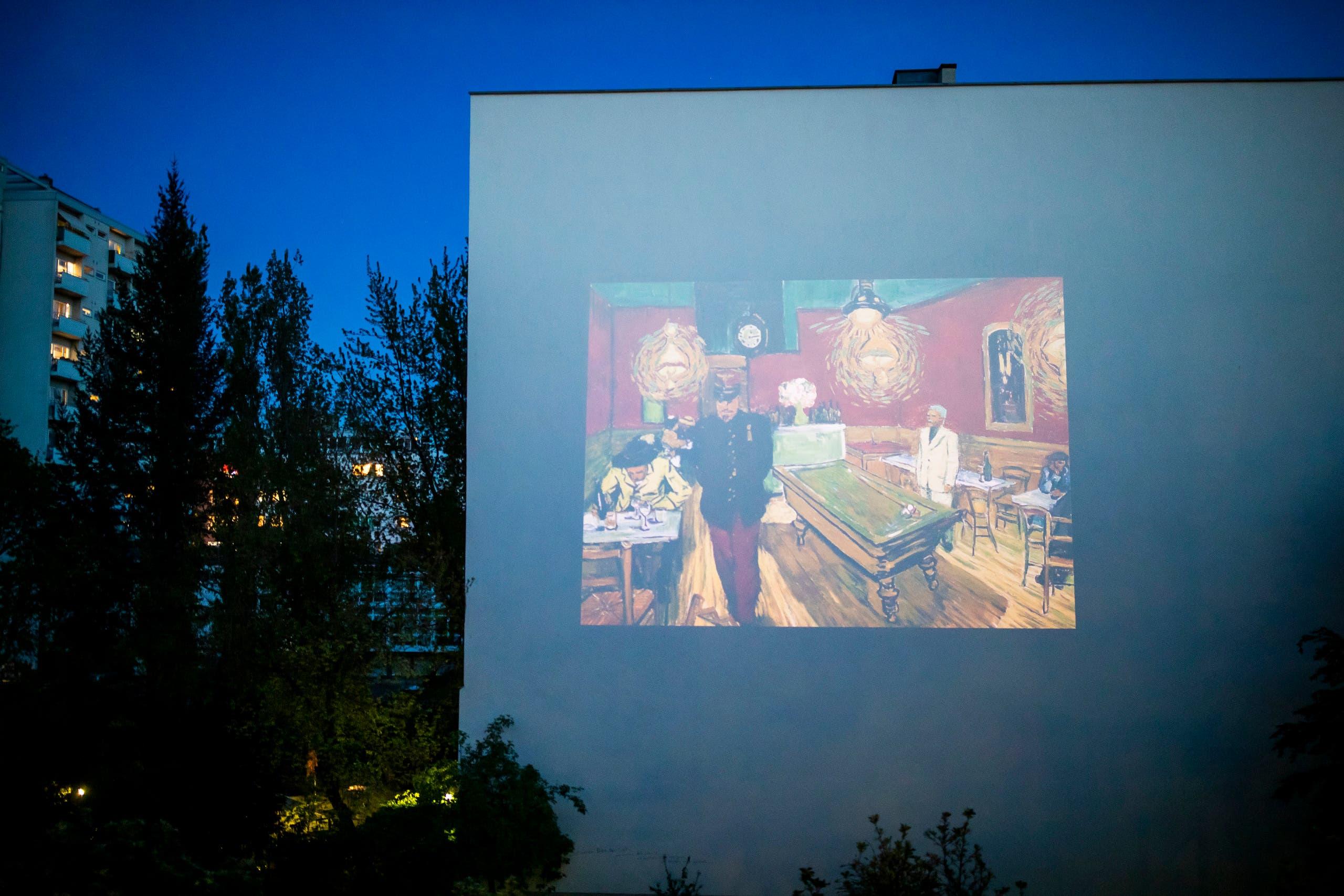 الفيلم يعرض على أحد الجدران