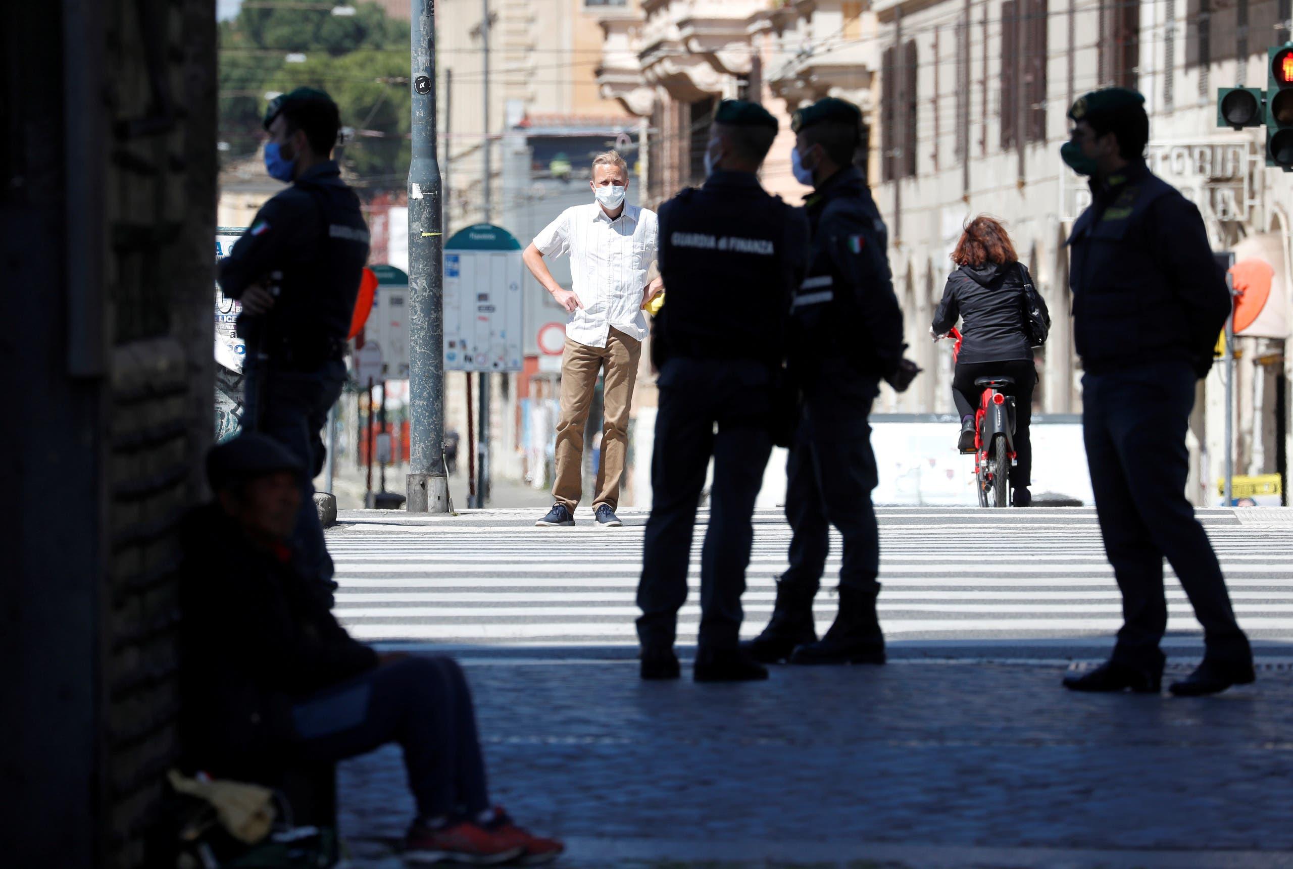 أفراد من الشرطة الإيطالية في روما يوم 25 أبريل