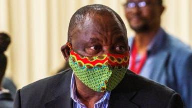 الكمامة تحرج رئيس جنوب إفريقيا.. فيديو طريف