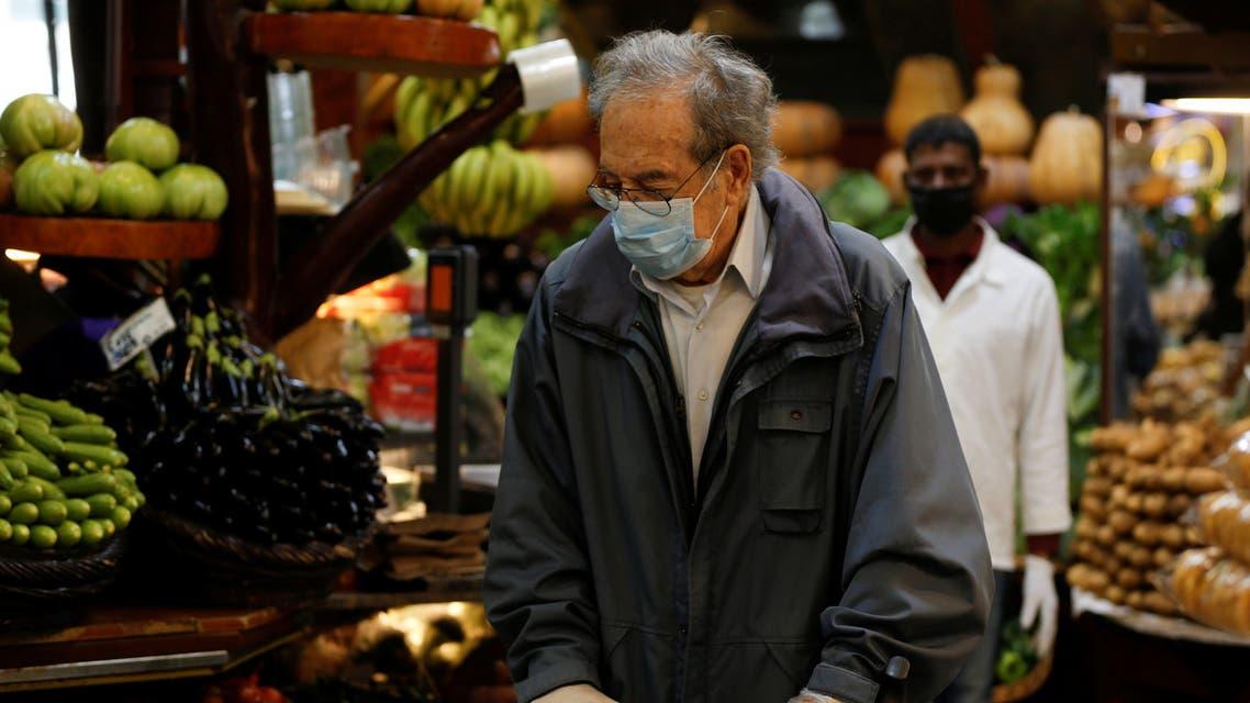 رجل يضع كمامة للوقاية من فيروس كورونا في بيروت يوم 24 مارس