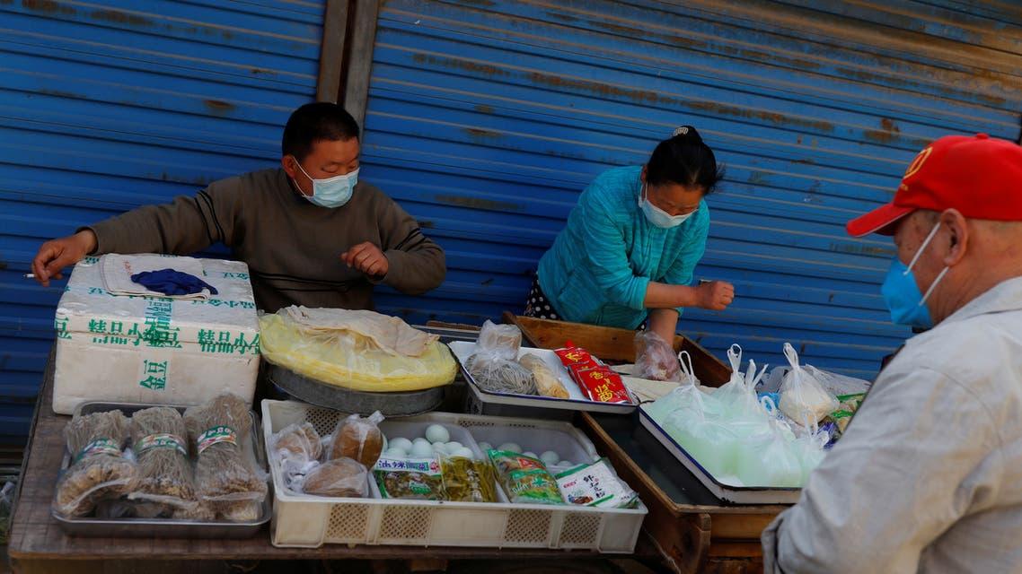باعة يبيعون طعاماً شعبياً في بكين (أرشيفية- رويترز)