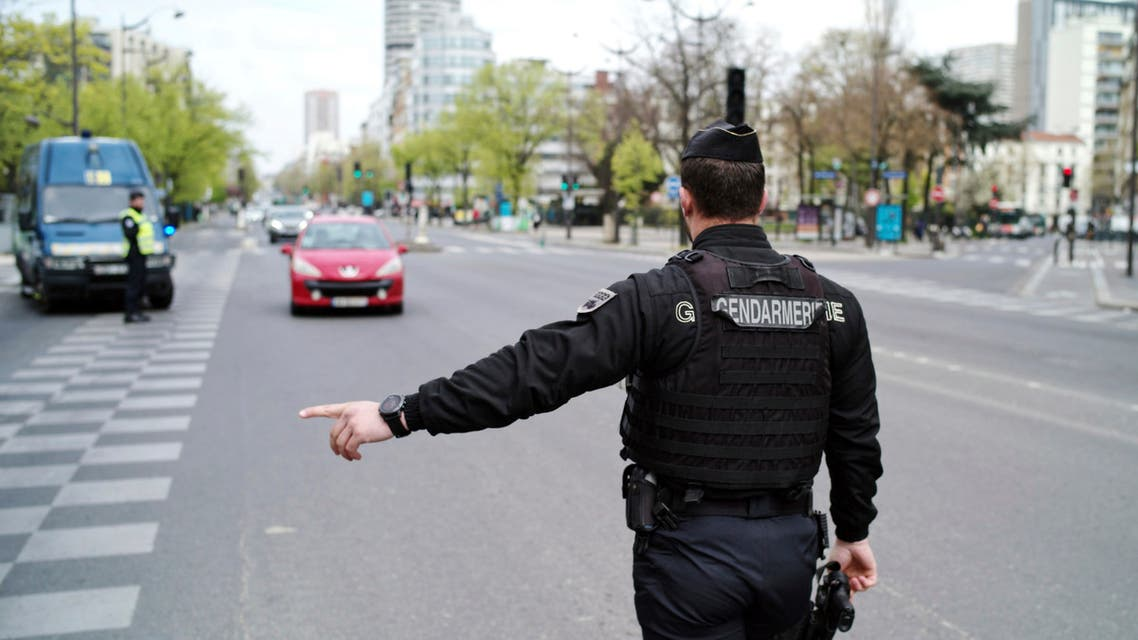 A police officer gestures at a checkpoint in Paris on April 2, 2020. (File photo: AP)