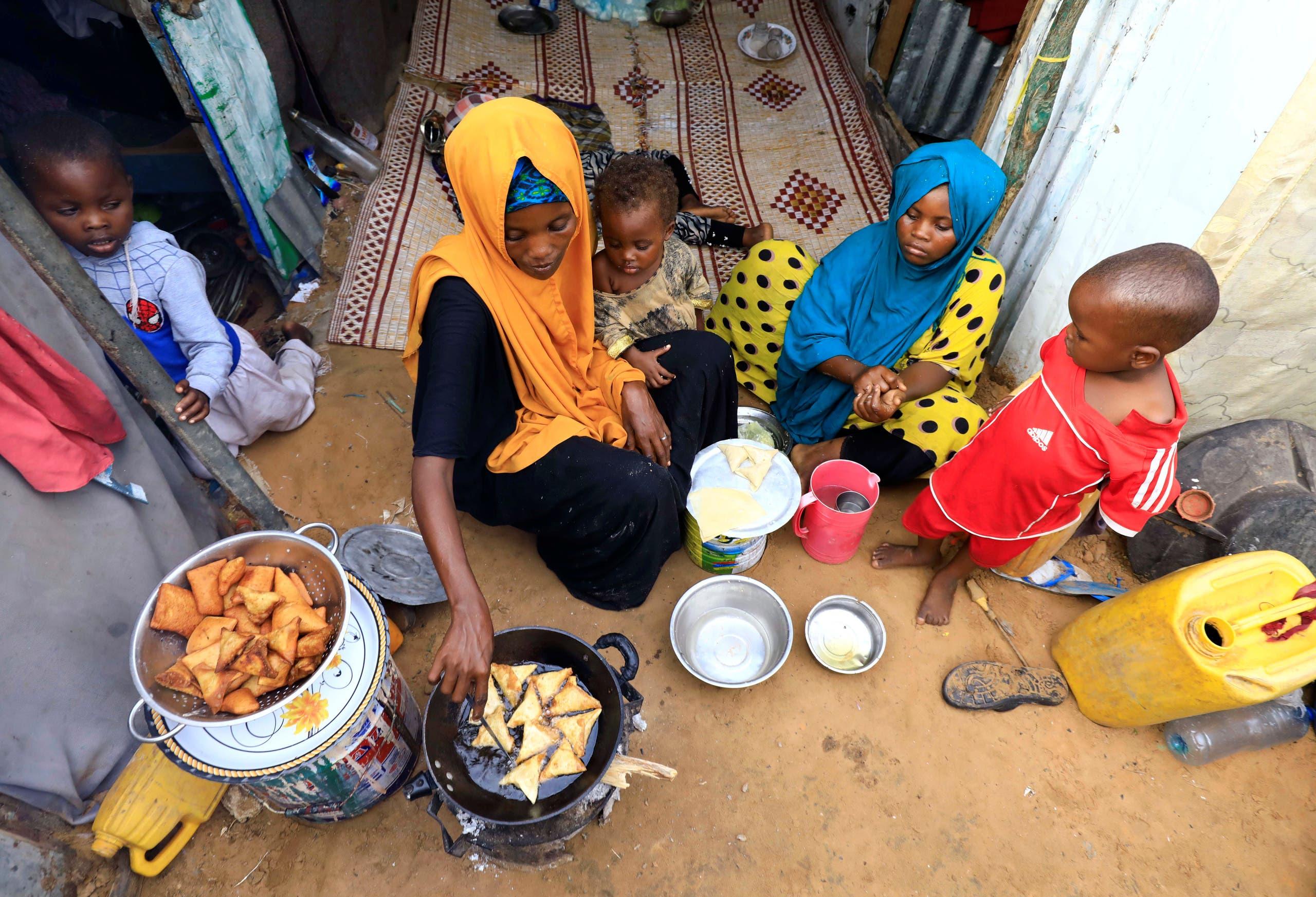 عائلة صومالية نازحة في مقديشو تحضر الإفطار