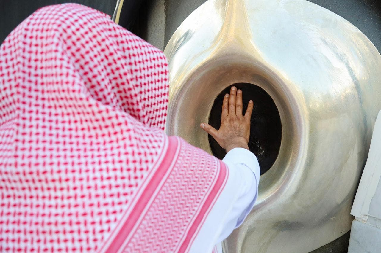 الشیخ عبدالرحمان السدیس حجرِاسود کو صاف کرتے ہوئے
