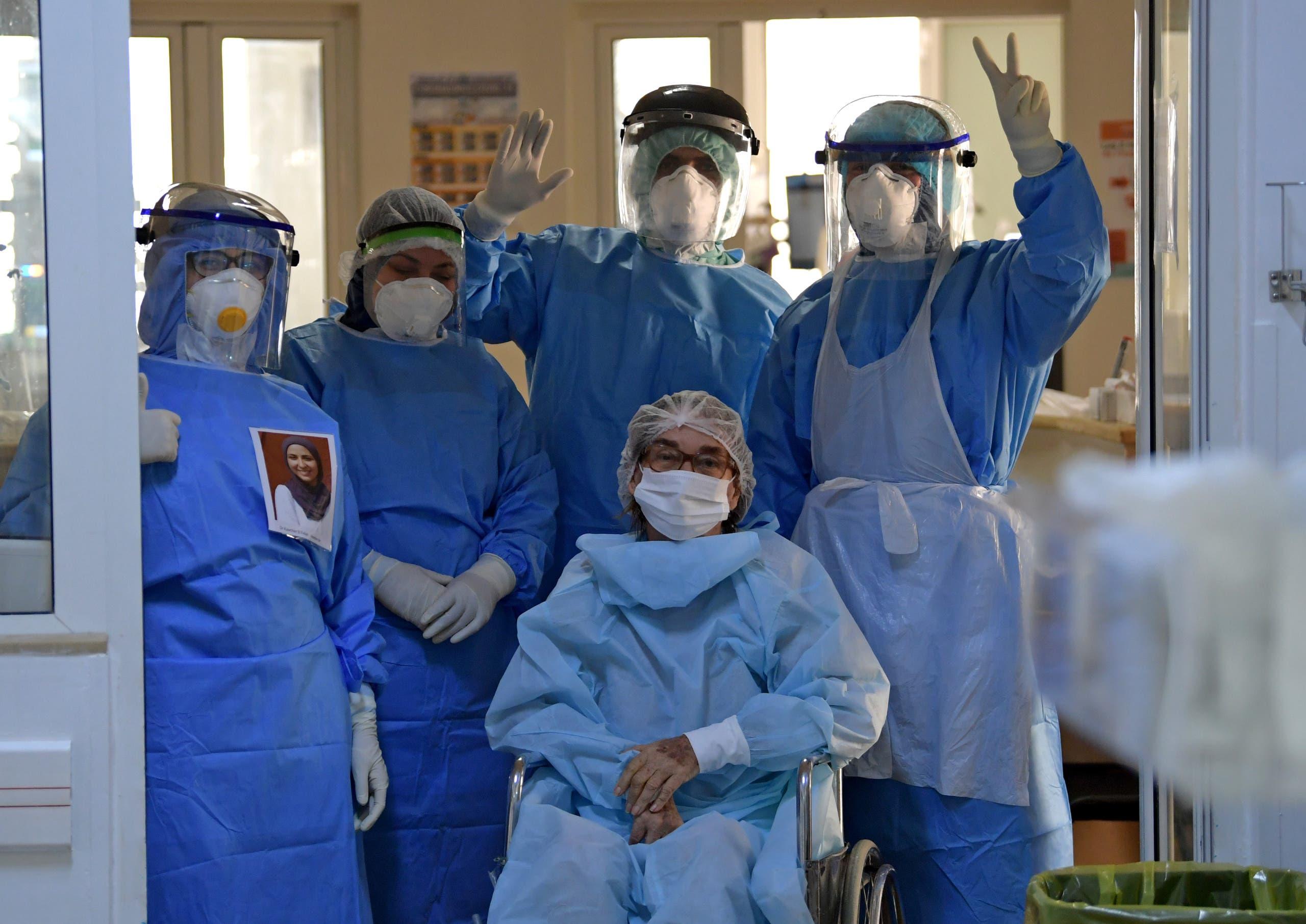 فريق طبي تونسي يودع مريضة تخرج من العناية المركزة