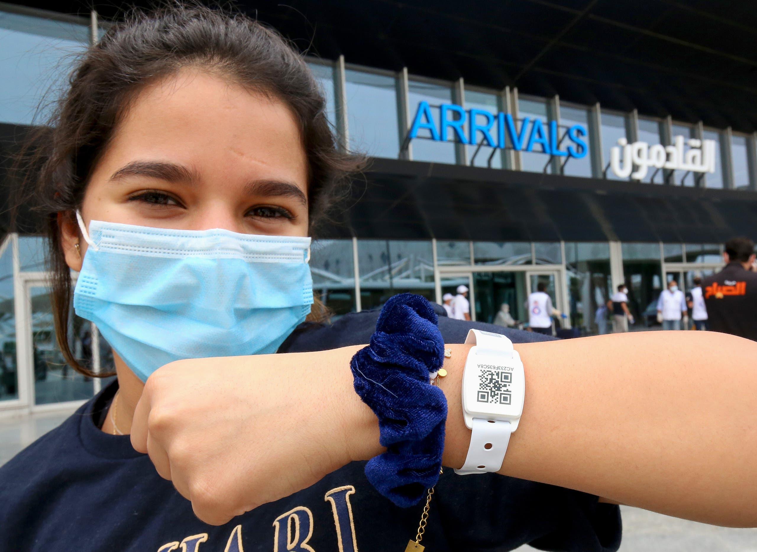 فتاة كويتية عادت لبلادها برحلة إجلاء ترتدي سواراً يتعقب حراكاتها لمنع تفشي الفيروس