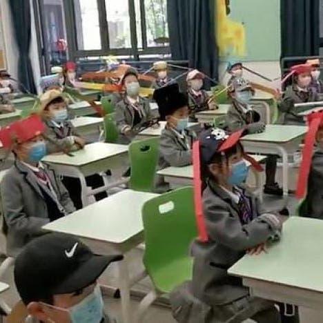 قبعات طولها متر.. آخر صيحات التباعد الاجتماعي في الصين