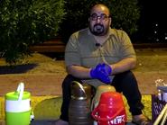 عراقي يعاني من الشلل يقدم الشاي لأفراد الأمن أثناء الحظر