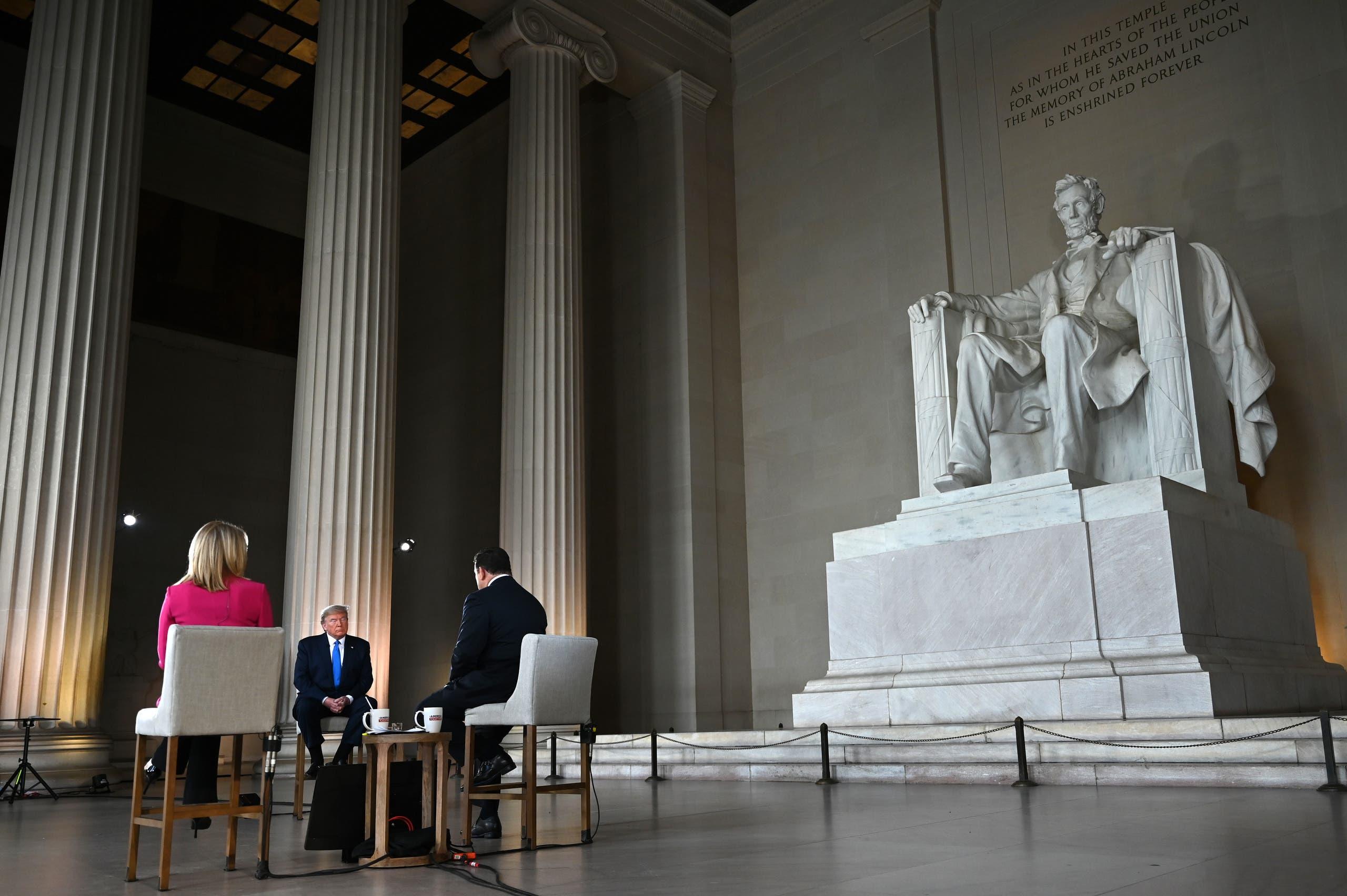 """ترمب أمام نصب لينكولن في حديقة """"ناشيونال مول"""" بواشنطن"""