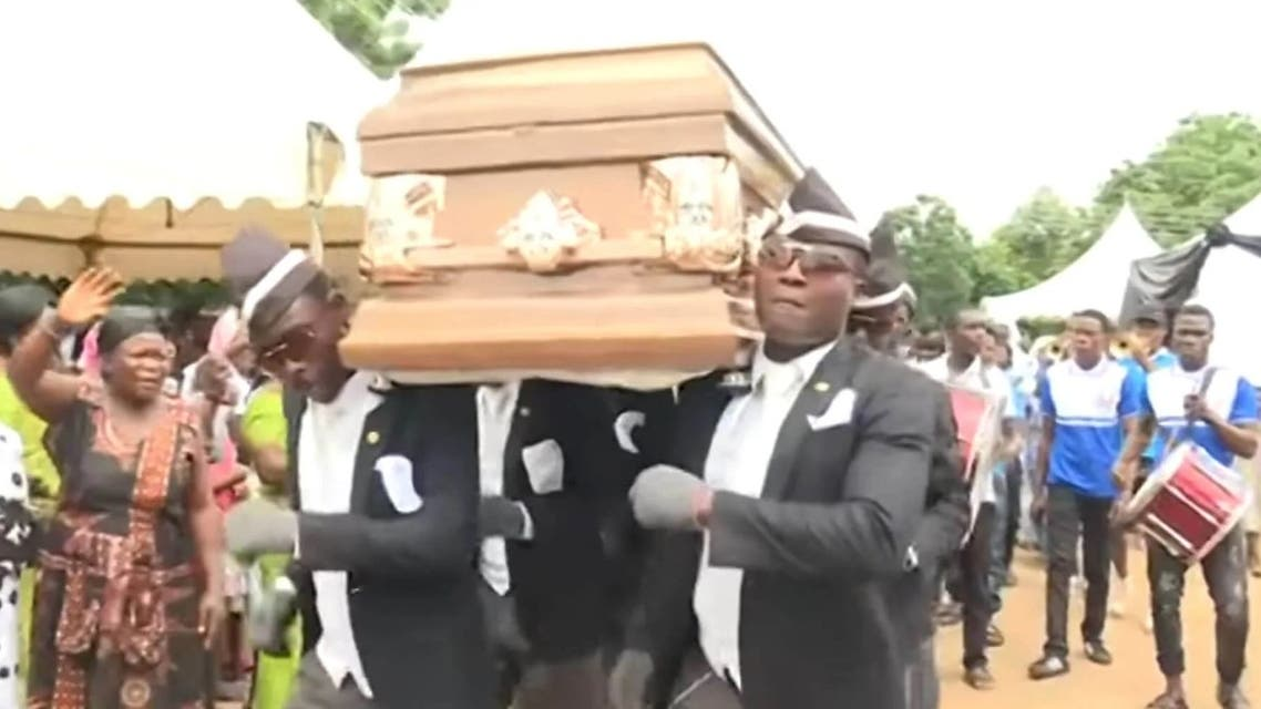 A group of six dancing pallbearers in carry a coffin in Ghana in 2017. (Twitter)