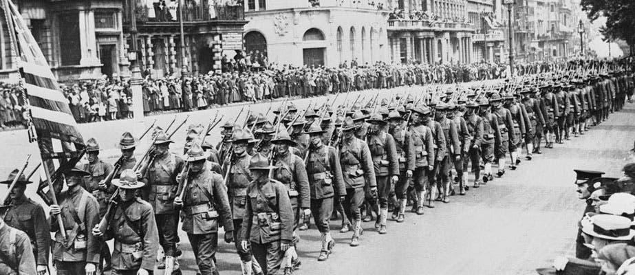 صورة لاستعراض الجنود الأميركيين عقب بلوغهم للساحة الأوروبية بالحرب العالمية الأولى