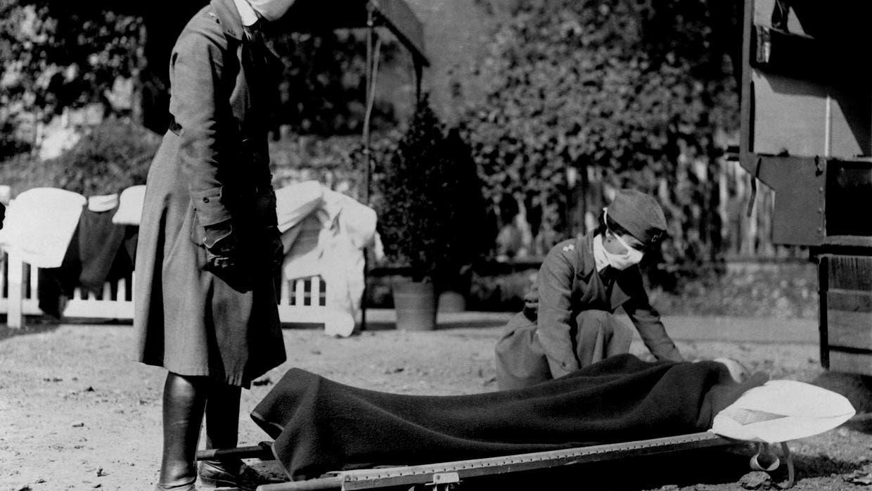 صورة لعملية نقل جثة رجل فارق الحياة بسبب الأنفلونزا الإسبانية