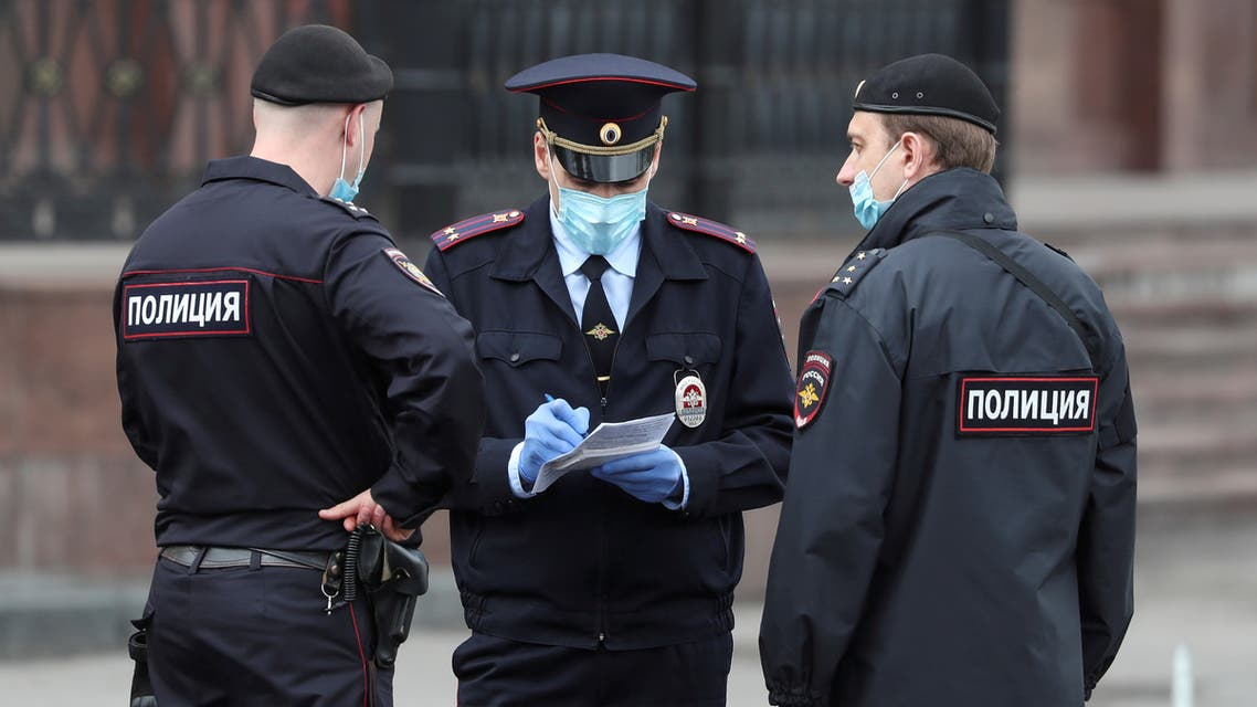 Russian police officers wearing protective face masks speak in a street amid the outbreak of the coronavirus disease in Moscow. (File photo: Reuters)