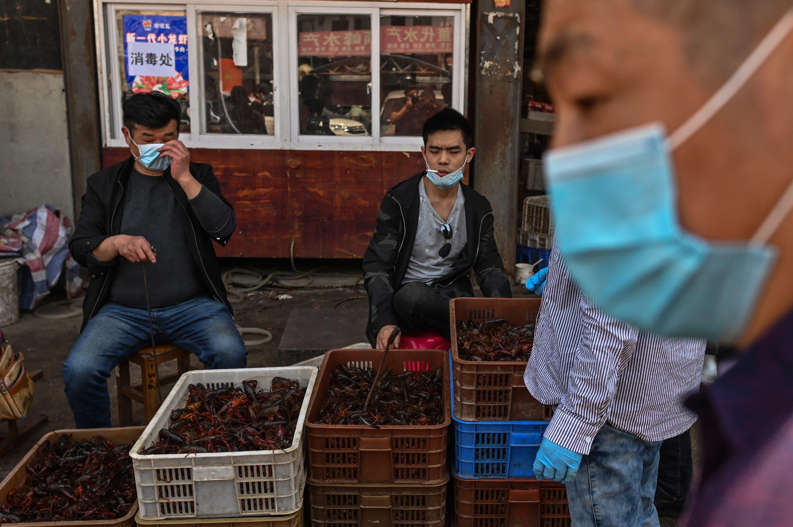 سوق ووهان للحيوانات الذي يقول كثيرون بنظرية انطلاق الفيروس للعالم منه