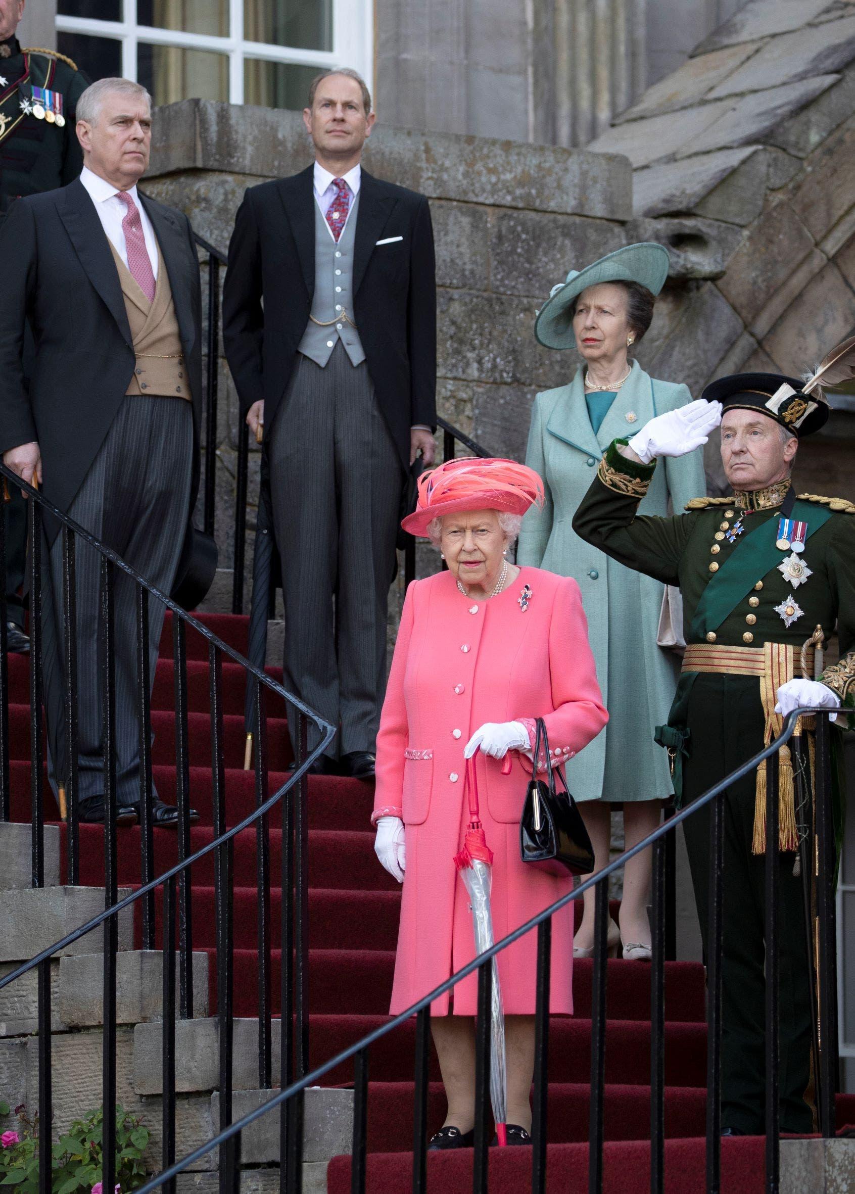 في الصورة الملكة والأمير أندرو
