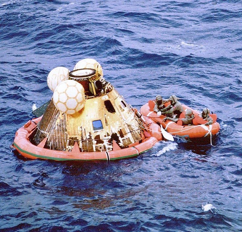صورة لعملية التقاط رواد الفضاء الثلاثة عند نزولهم بالمحيط الهادئ