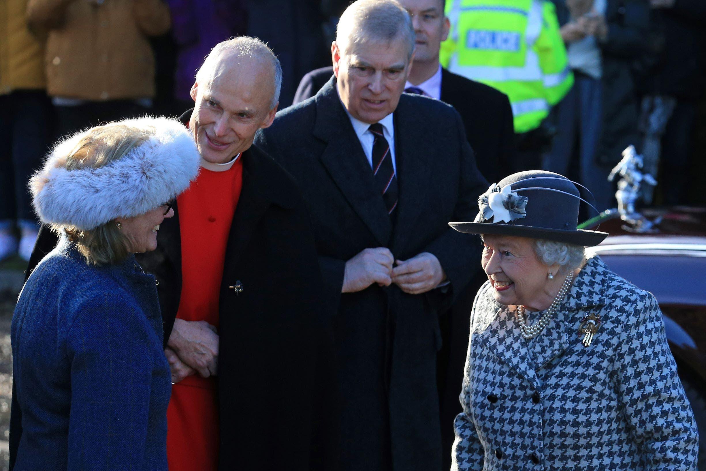 في الصورة الملكة اليزابيت والأمير اندرو وزوجته السابقة