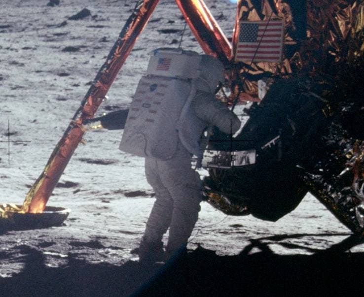نيل أرمسترونغ على سطح القمر