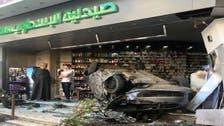 فيديو لحادث مروع بمصر.. سيارة تقتحم صيدلية وتنقلب