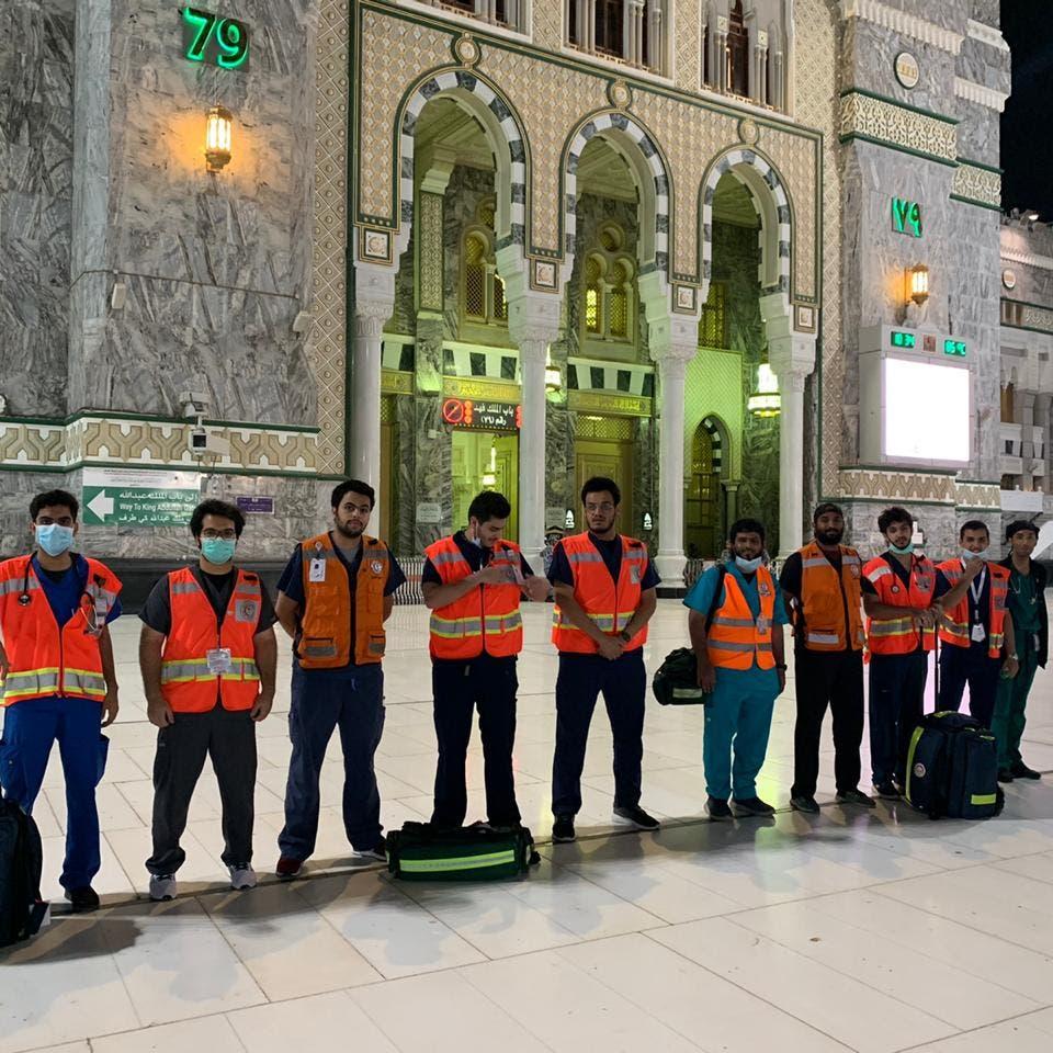 هذا ما يقوم به متطوعو الهلال الأحمر في المسجد الحرام
