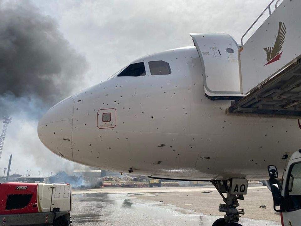 طائرة مدنية تضررت من القصف