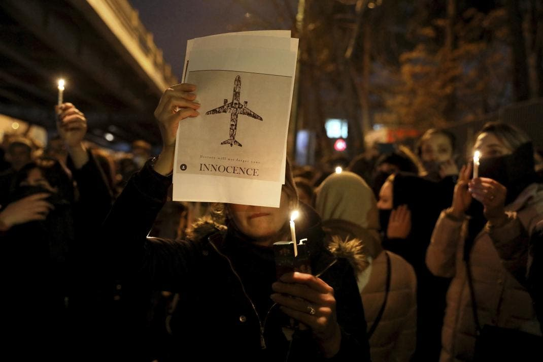 تجمع أمام جامعة  أمير كبير في طهران في 11 يناير لإضاءة شموع عن أرواح ضحايا الطائرة الأوكرانية