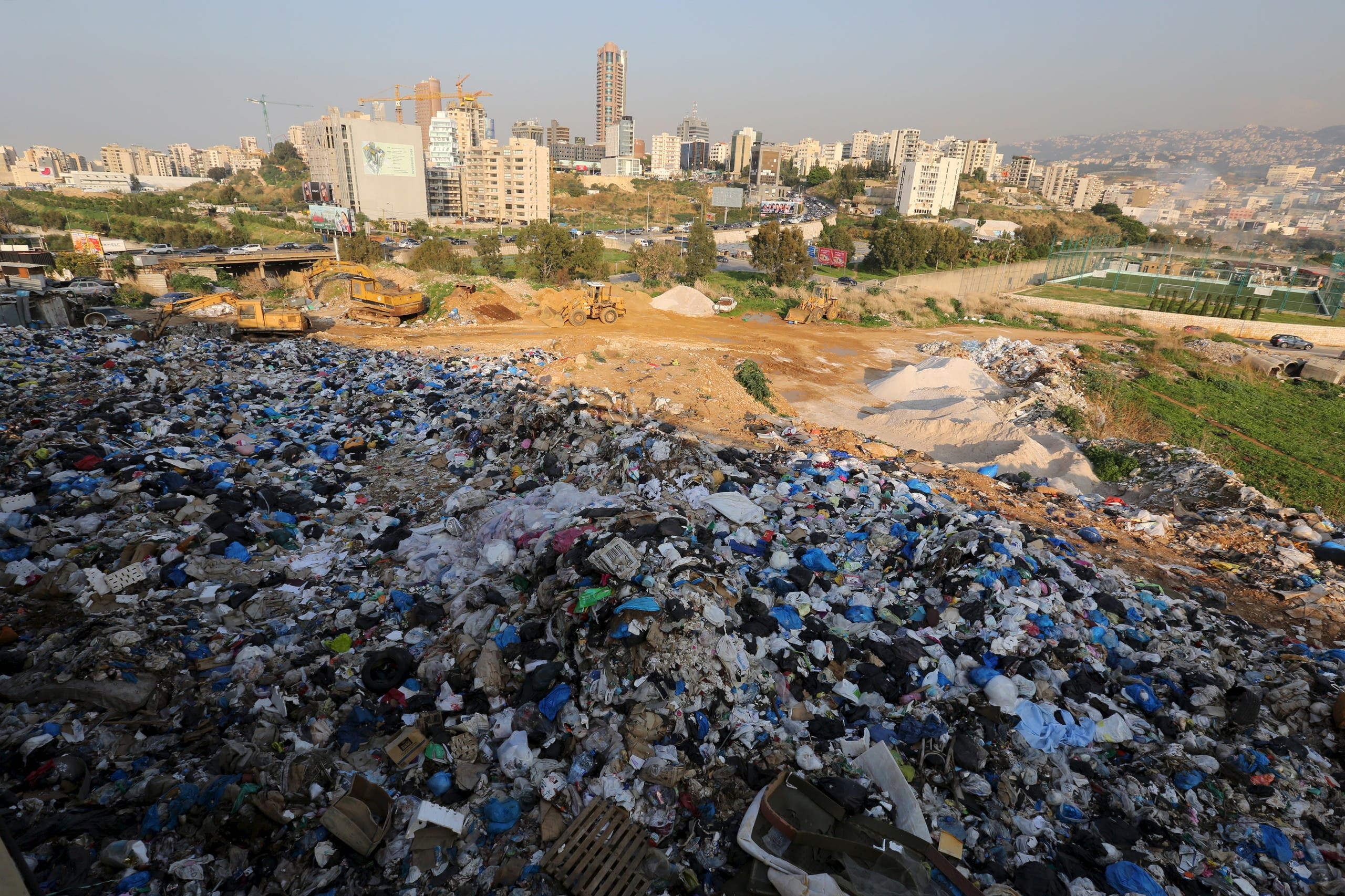 A general view shows a garbage-filled area in Beirut, Lebanon December 22, 2015. (File photo: Reuters)