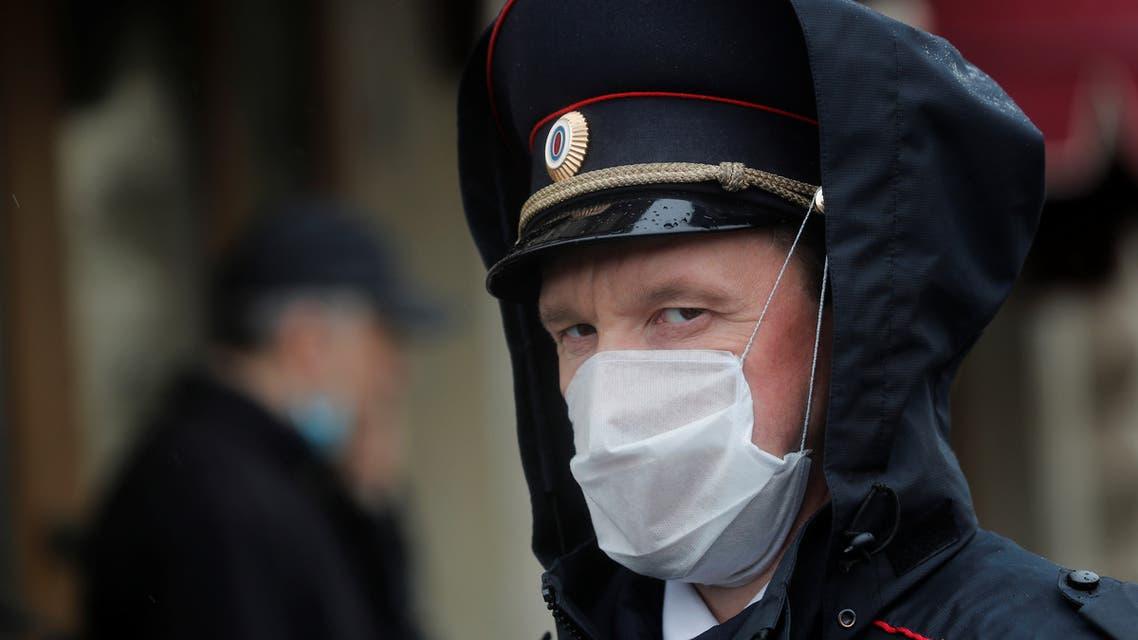 ضابط شرطة يضع كمامة على وجهه في موسكو يوم 9 مايو