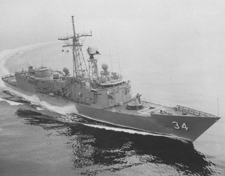 فرقاطة الصواريخ الموجهة من فئة بيري USS أوبري فيتش خلال التجارب البحرية عام 1982