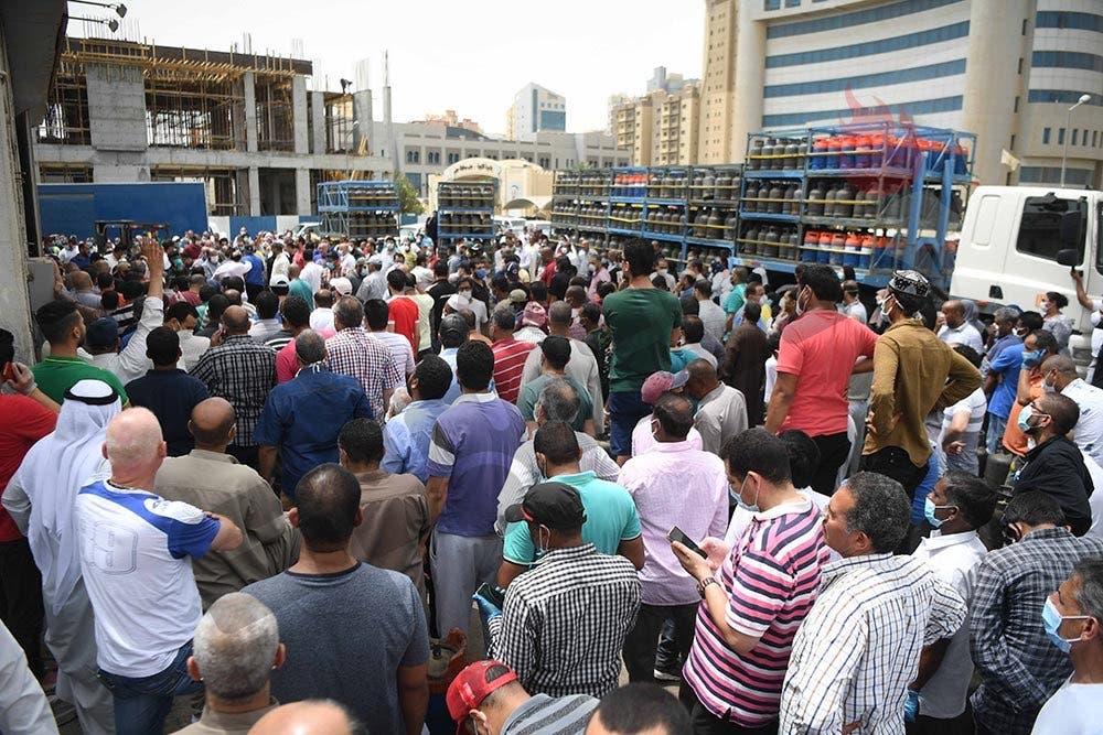 صور متداولة على مواقع التواصل الإجتماعي للزحام أمام الجمعيات التعاونية في الكويت