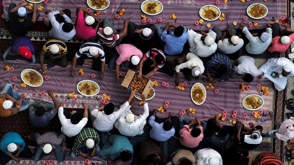 Muslims distribute food as they wait to have their Iftar (breaking fast) meals outside a mosque during the holy fasting month of Ramadan, in Manama, Bahrain, May 10, 2019. (Reuters)