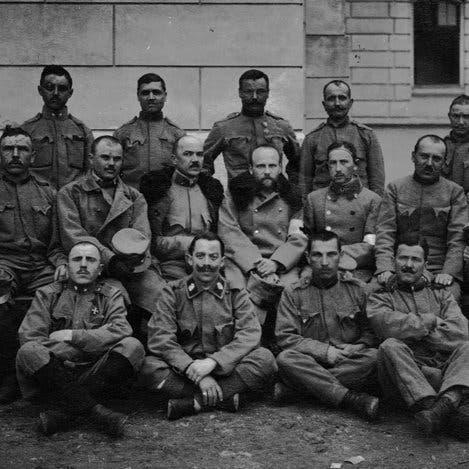 صورة لجنود نمساويين بالحرب العالمية الأولى يتوسطهم الطبيب روبرت باراني