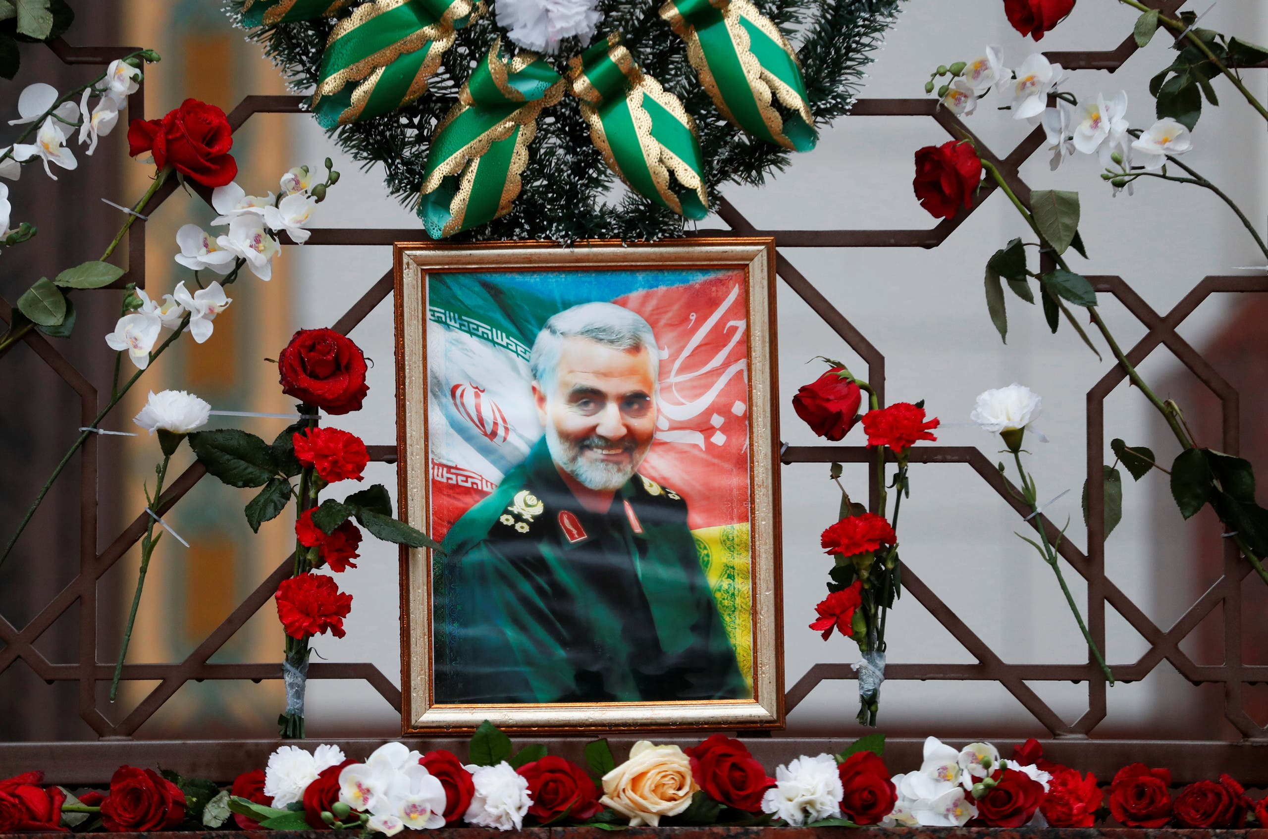 Flowers lie around a portrait of Iranian Major-General Qassem Soleimani, who was killed in an airstrike near Baghdad, at the Iranian embassy's fence in Minsk, Belarus January 10, 2020. (File photo: Reuters)