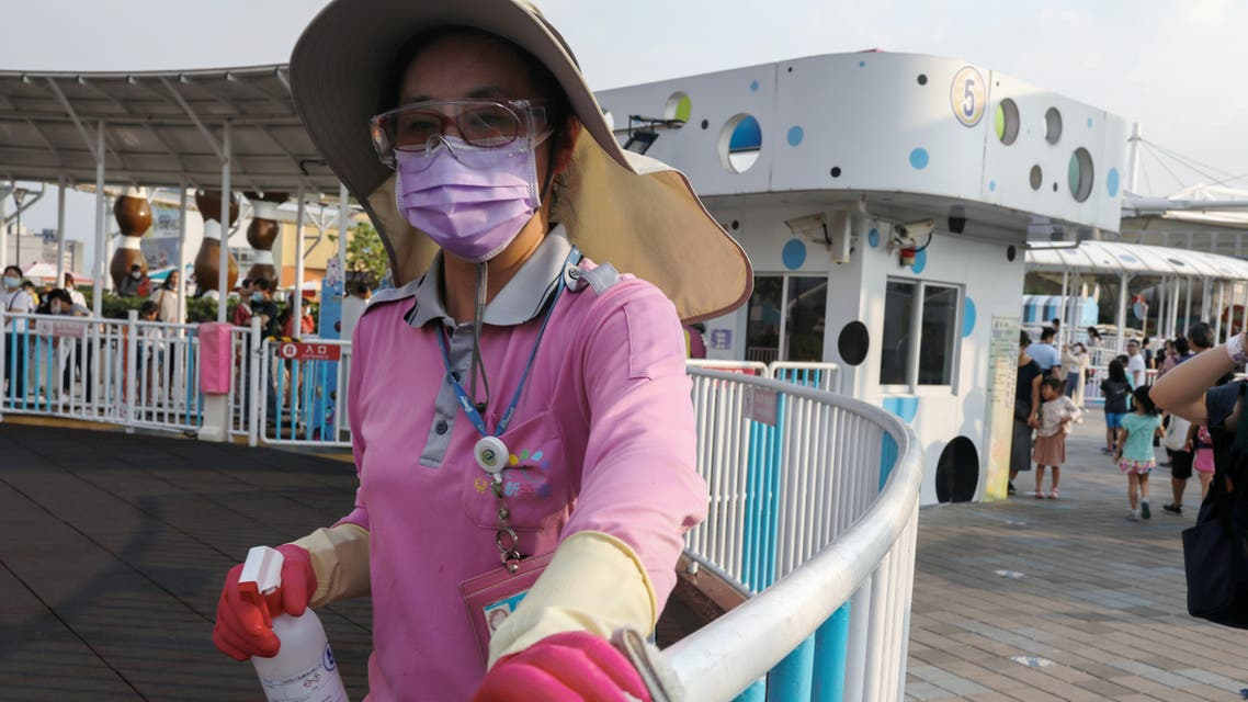 A staff worker wearing a protective face mask and gloves cleans a fence at the Taipei Children's Amusement Park, amid the outbreak of the coronavirus disease (COVID-19) in Taipei, Taiwan, May 1, 2020. (File photo: Reuters)