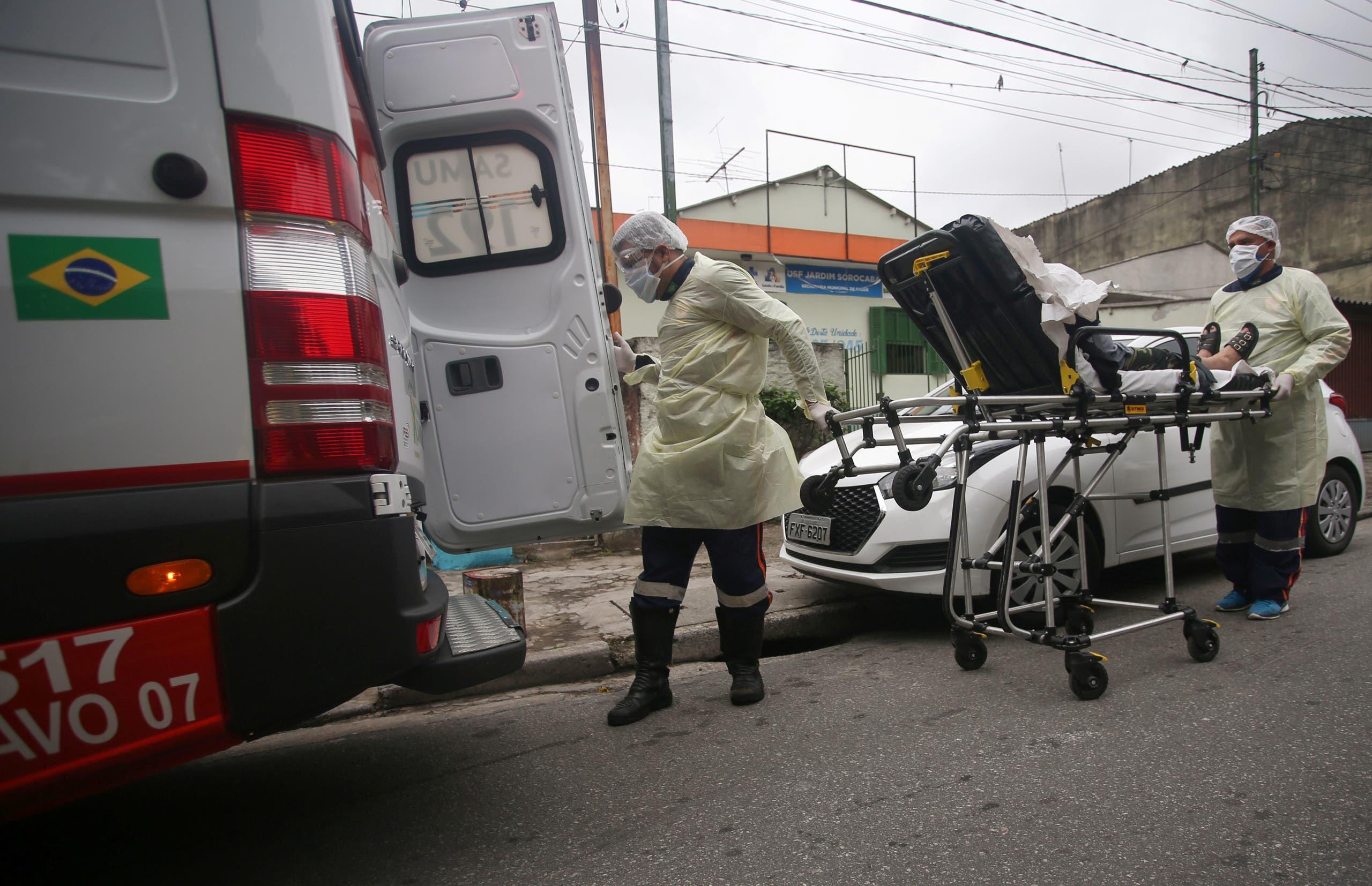 نقل مصاب بكورونا للمستشفى في ساو باولو بالبرازيل